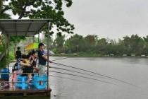 中秋假期海口乡村休闲游受欢迎 市民雨中垂钓